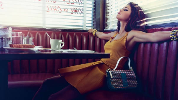 selena_gomez_restaurant_bag_photo_shoot_85354_602x339
