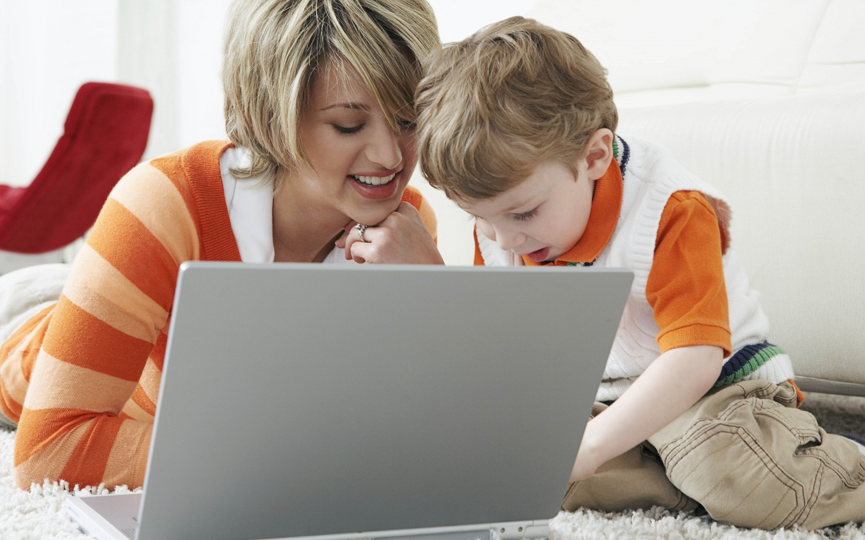 mother_son_laptop_80467_1280x1024