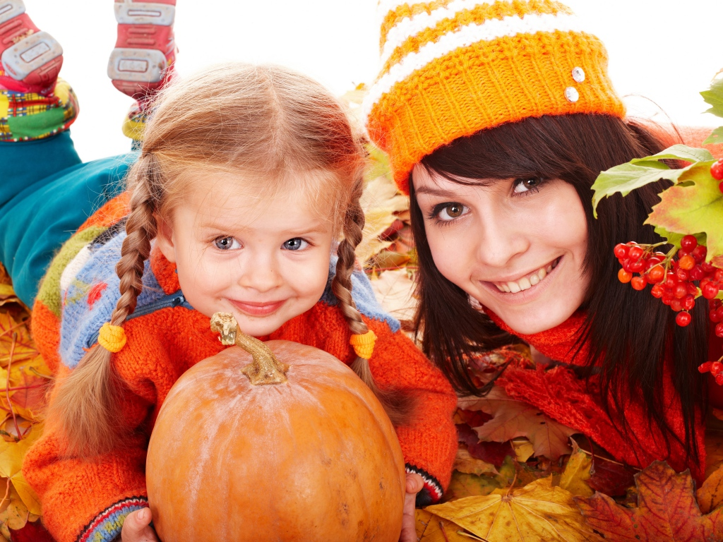 mother_daughter_pumpkins_leaves_autumn_80463_1024x768