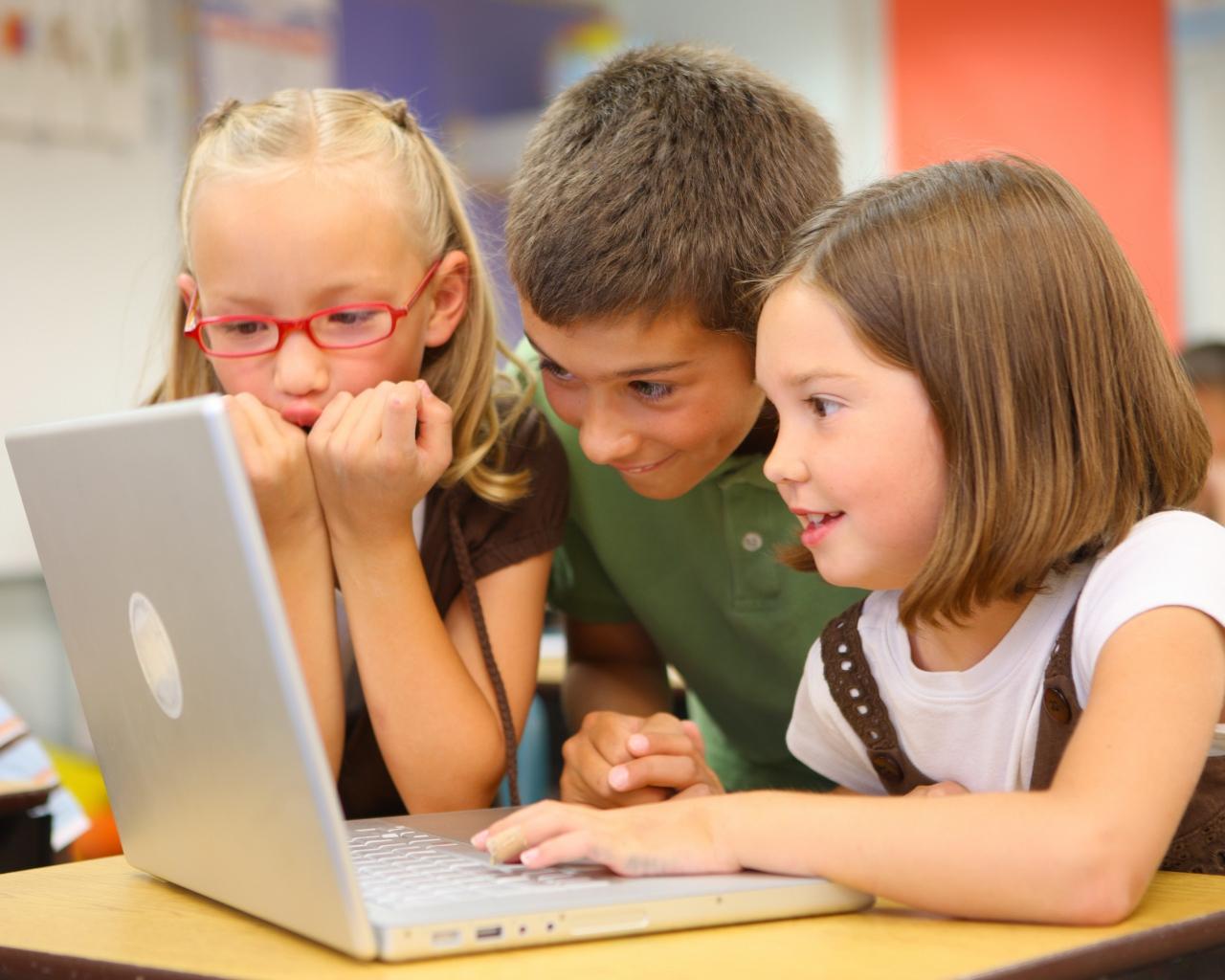 children_school_desk_laptop_80192_1280x1024