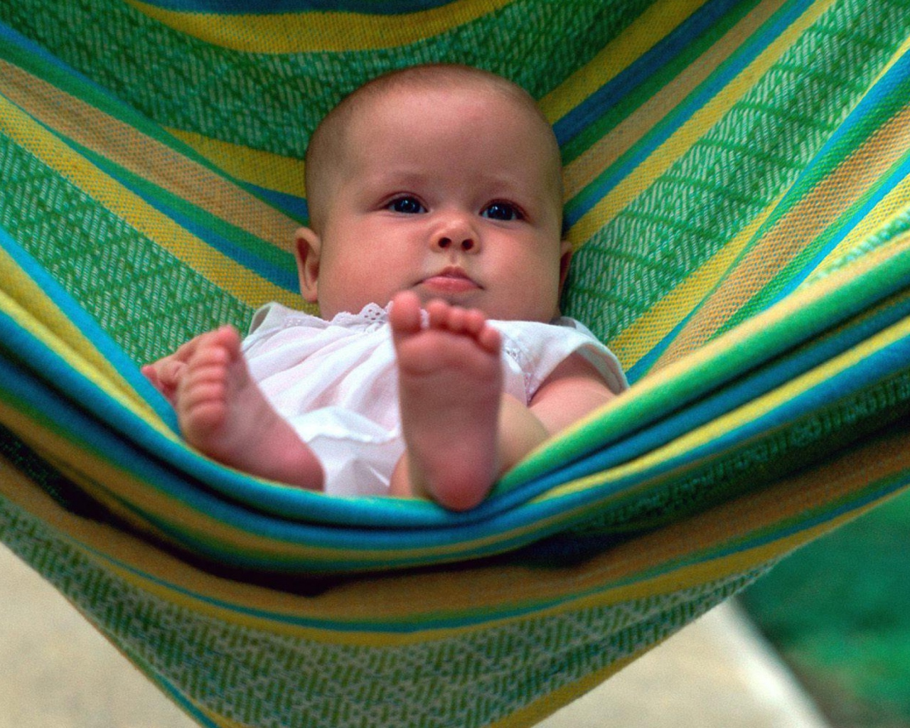 baby_blue_eyes_hammock_lie_63401_1280x1024