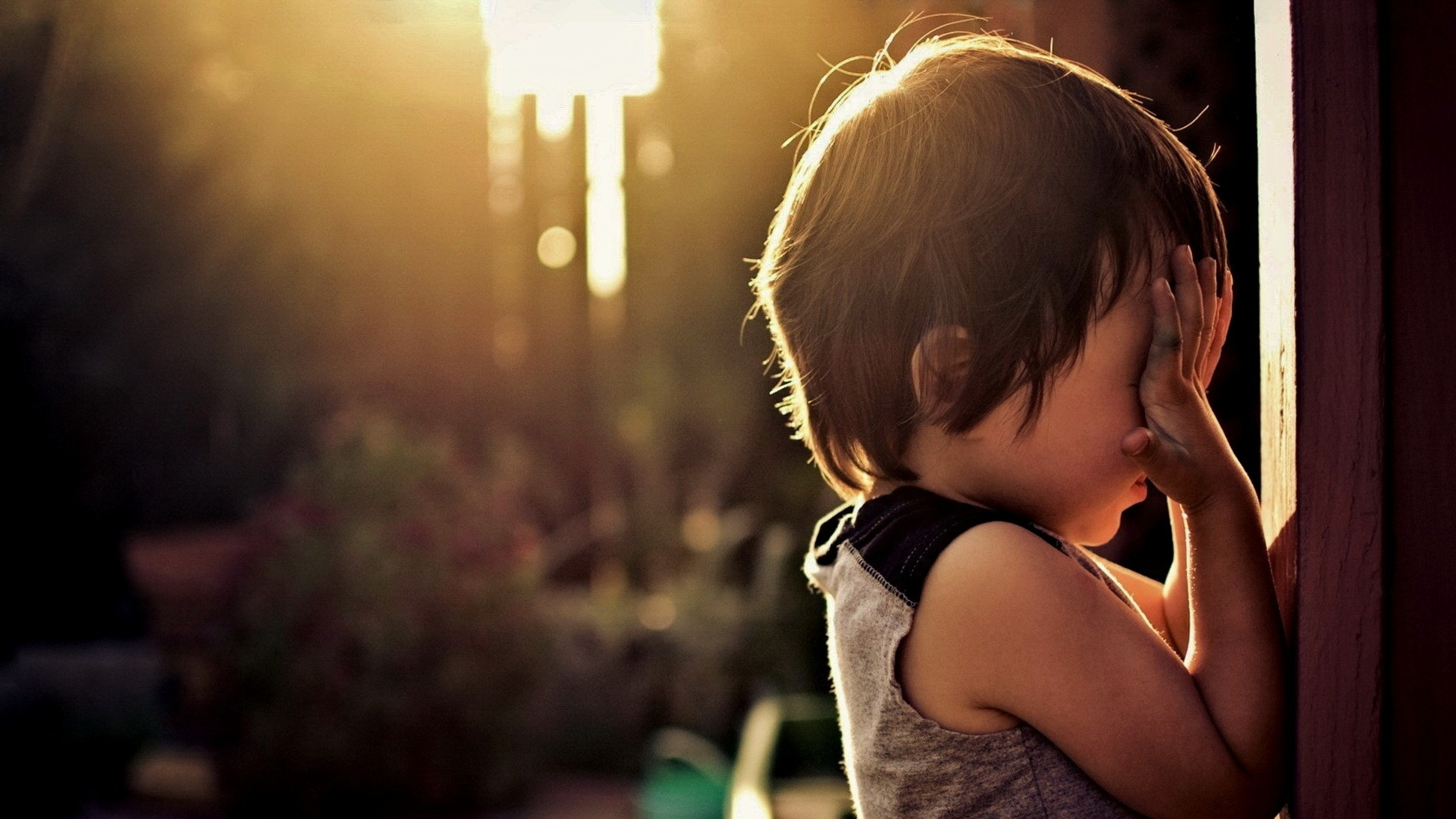 child_hurt_wall_sunshine_54358_3840x2160