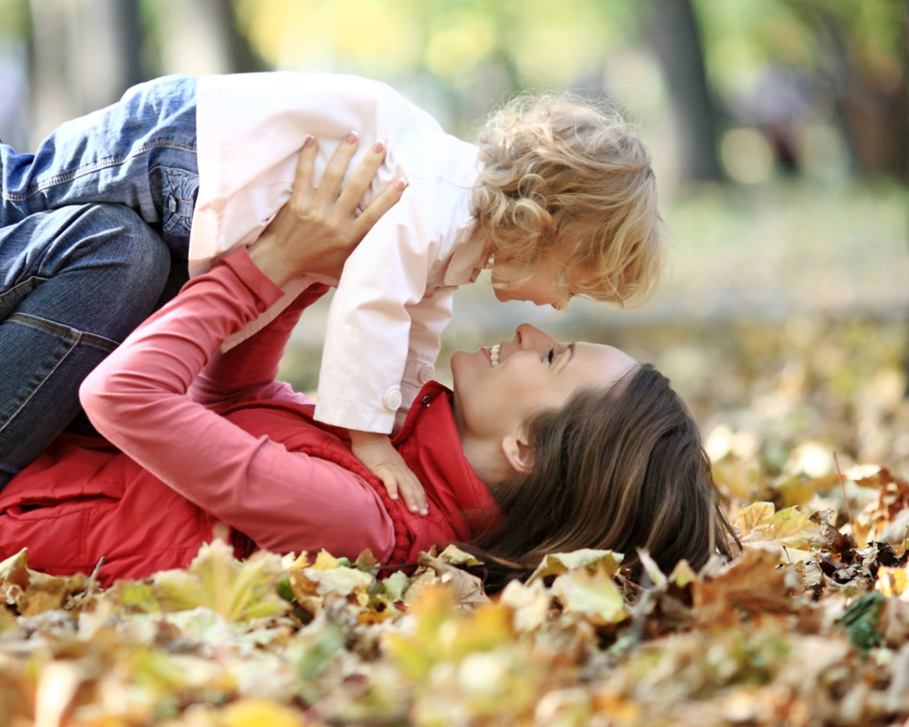 mother_child_leaves_autumn_67609_1280x1024