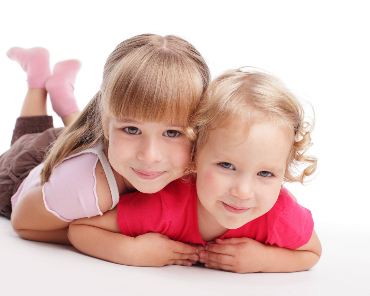 girls_sisters_smile_white_background_80157_1280x1024
