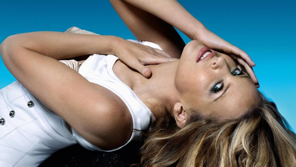 kylie_minogue_dress_hair_neck_hands_4440_602x339