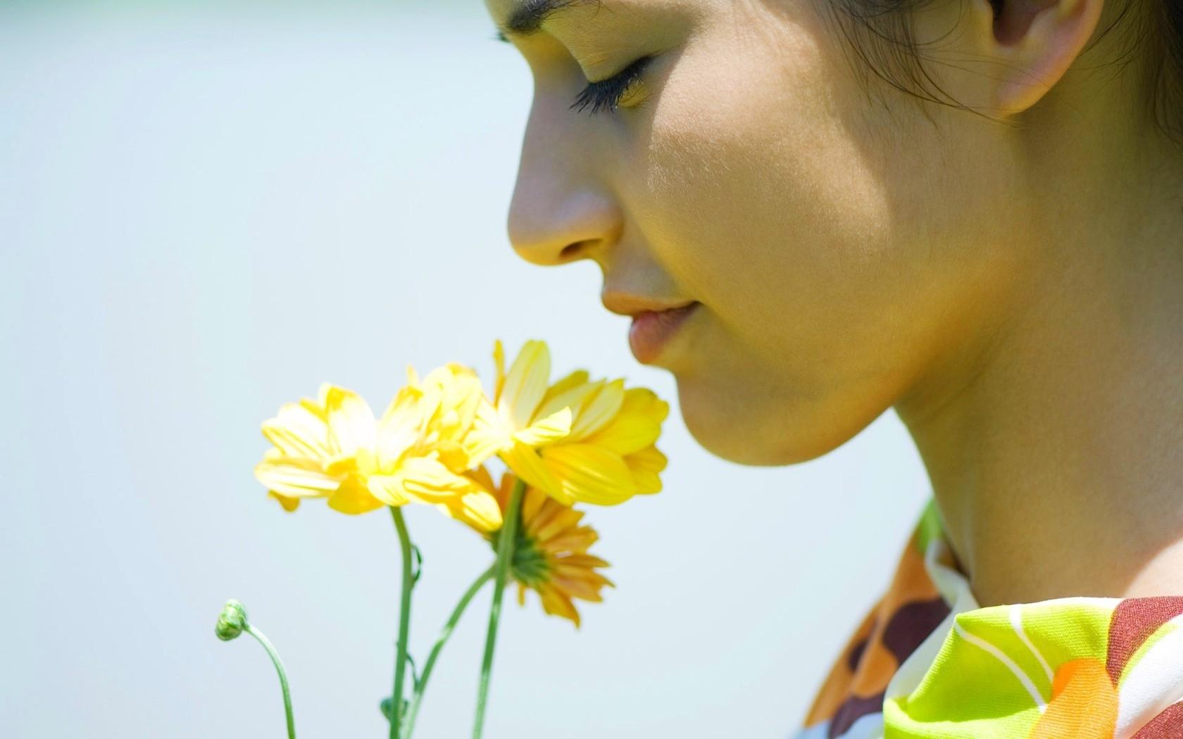 flower_girl_smell_breath_69996_1680x1050