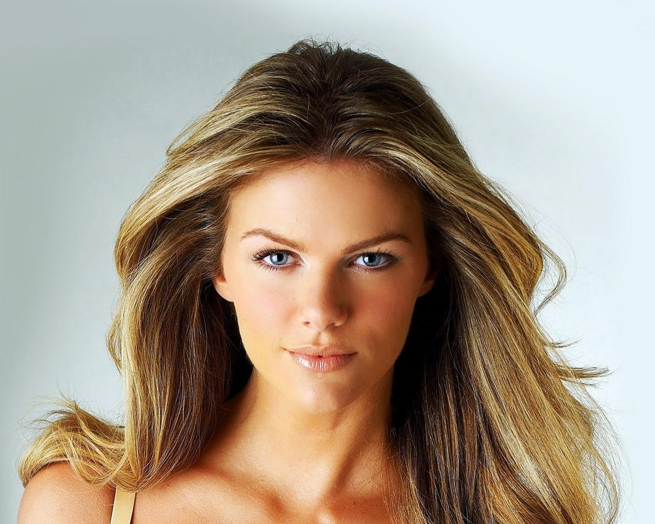 brooklyn_decker_actress_blonde_face_make_up_110098_1280x1024