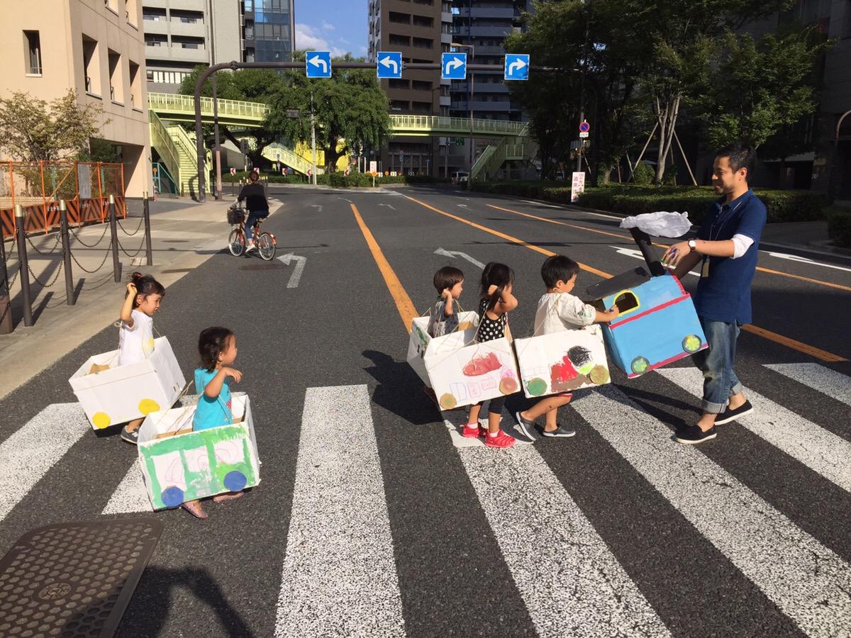 モネットスクール幼児絵画教室ではダンボールの電車を制作しました!