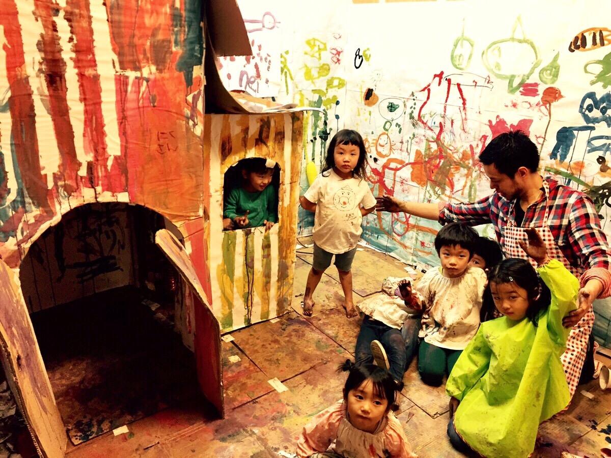 【モネットスクール】幼児こども お絵描き教室でダンボールの家をペイント!