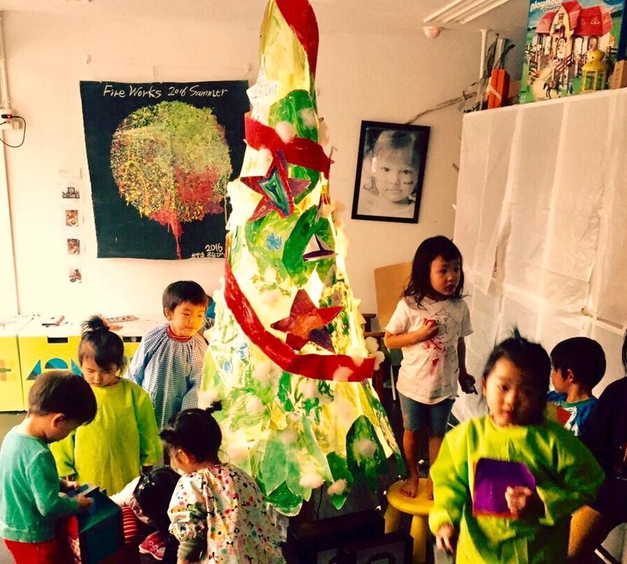 こどもたちが特大クリスマスツリーをつくる!【大阪のモネットスクール】造形・工作