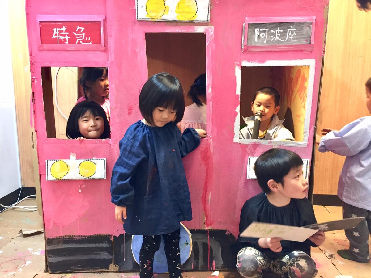 ダンボールの電車をつくる!【モネットスクール大阪/幼児キッズアート&英会話】