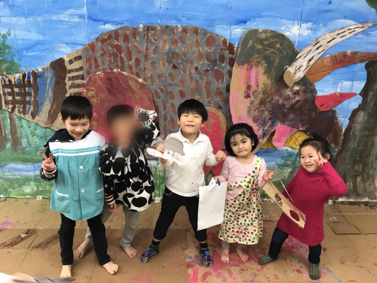 モネスクがジュラシックパークに!?子供たちが大きな恐竜を描きました!