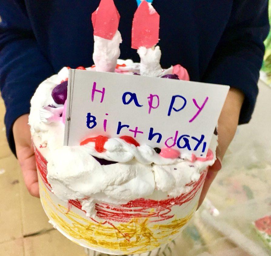 バースデーケーキをつくる!紙粘土や絵の具を使った子供たちの工作