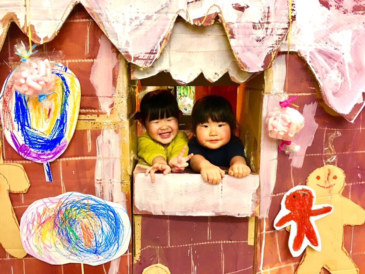 子供たちがダンボールで大きな「お菓子の家」をつくりました!