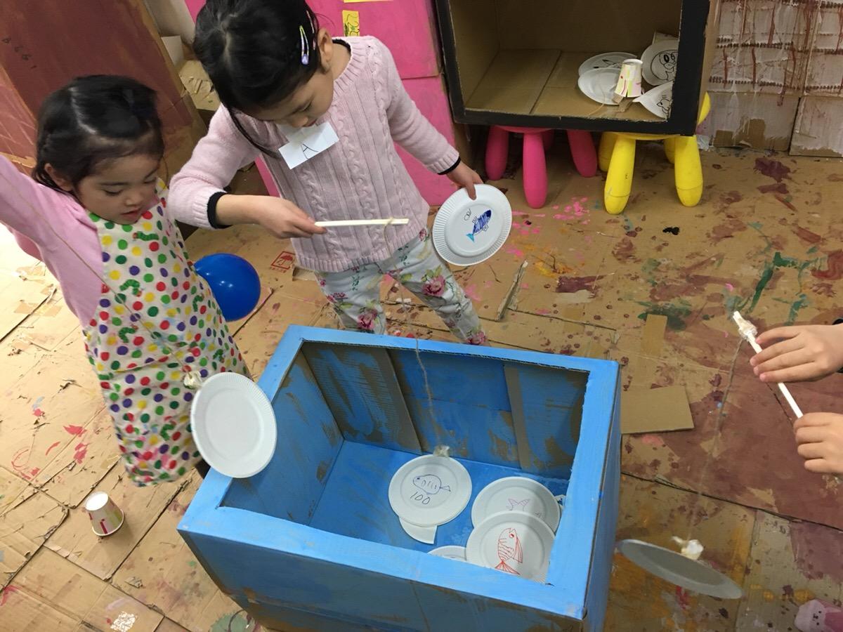 子供たちがつくる「ゲームセンター」ダンボールや紙皿いろんな素材で 遊ぶ造形