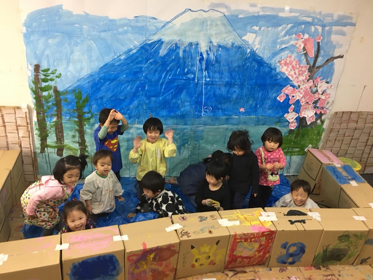 子供たちが「銭湯の富士山」を壁いっぱいに描きました!