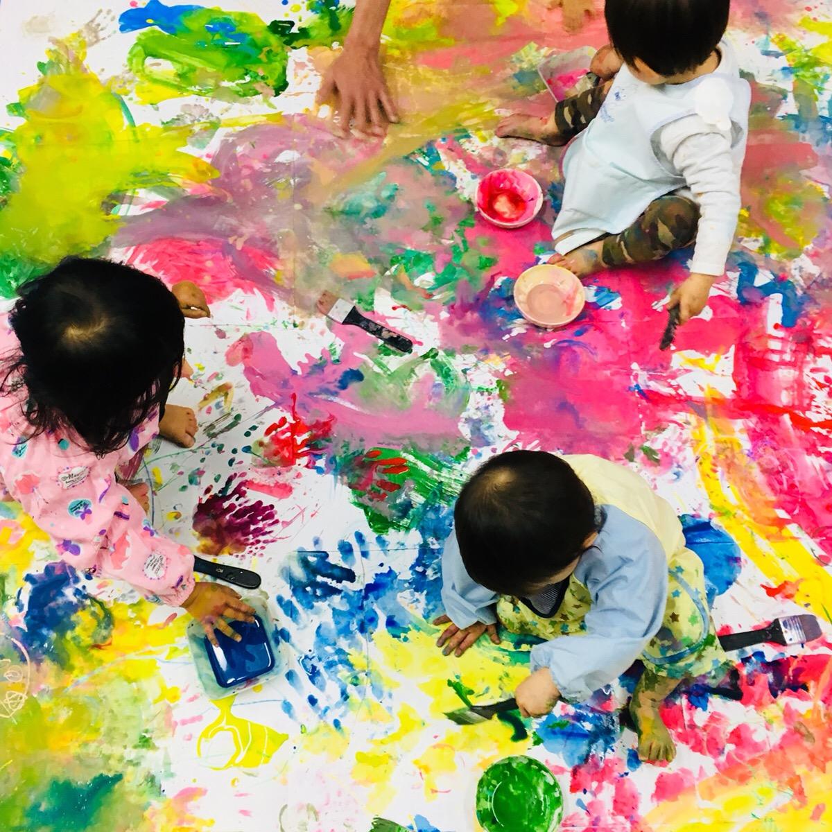 子どもたちが大きな桜をつくりました!幼児ベビークラスでは絵の具遊び!