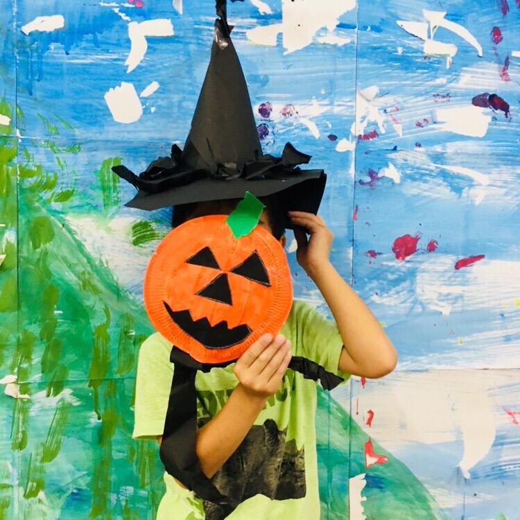 ハロウィンアートに挑戦しました!子供たちの芸術と英語のレッスン