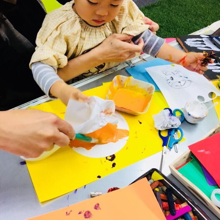 ハロウィンのベビー手形アート!幼児期の絵の具遊び