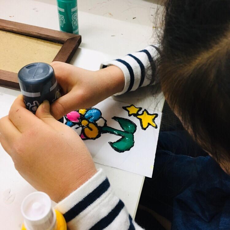 ステンドグラス風アート!ガラス絵の具を使った子供の工作