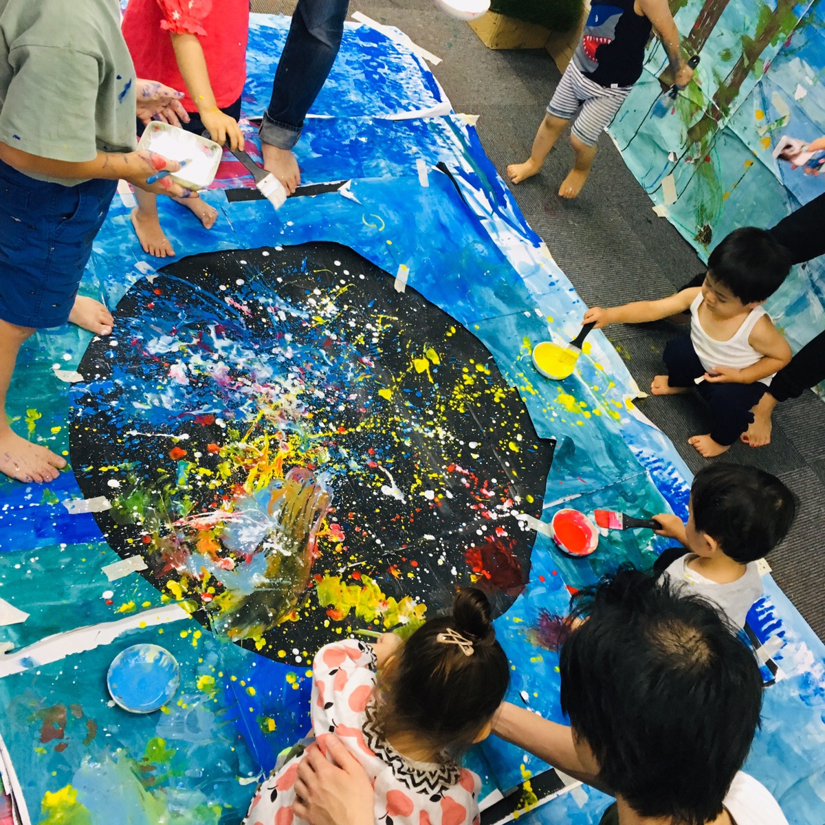 親子で体験「巨大花火アート」絵の具遊び