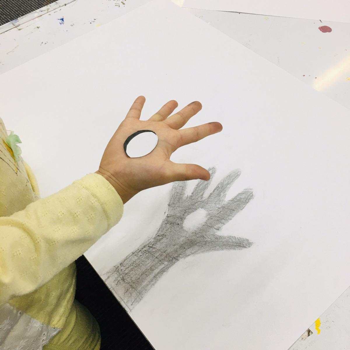 【子供のトリックアート】手の平に穴が!?簡単な描き方